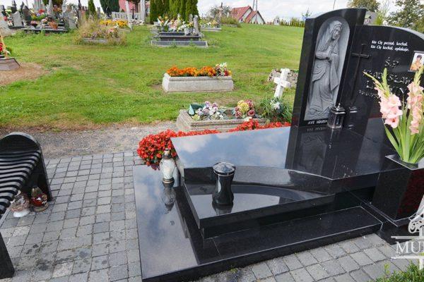 czarny granitowy pomnik