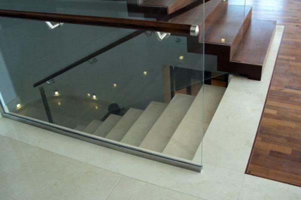 jasne schody kamienne