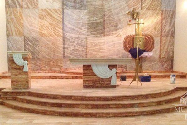 marmur w prezbiterium