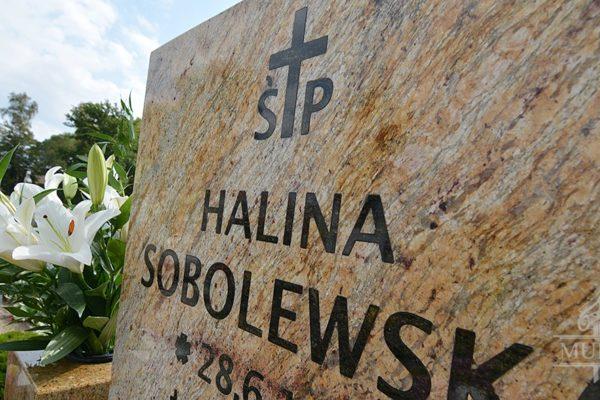 litery nagrobek napis pomnik