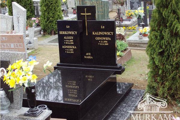 czarny pomnik, złote litery