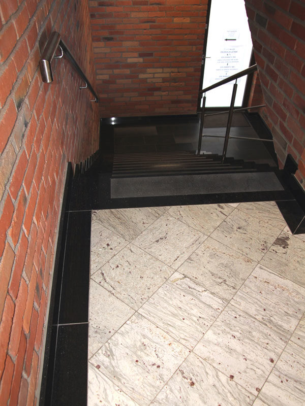 schody dwa kolory