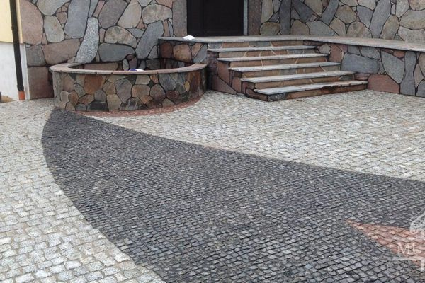 schody i dziedziniec przed willa wiejska