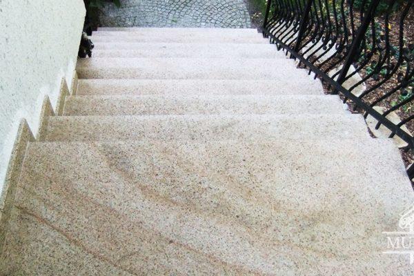 jasne kremowe schody, podest granitowy