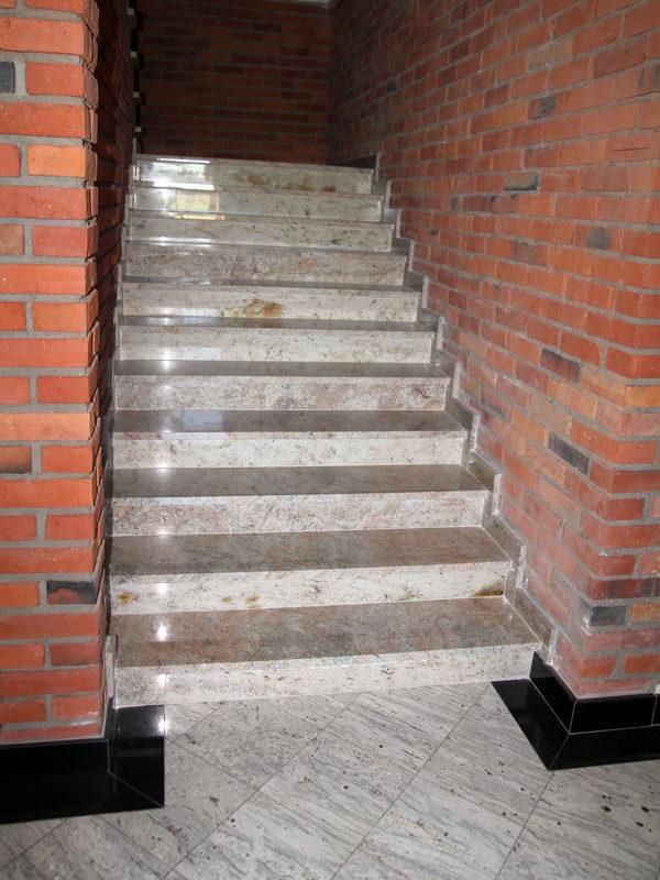 szare schody