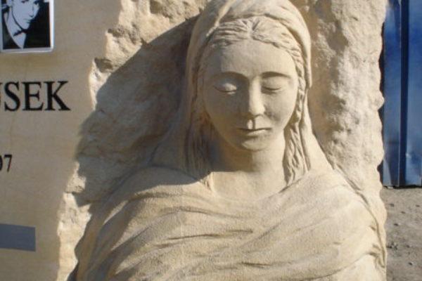 rzeźba nagrobkowa w piaskowcu