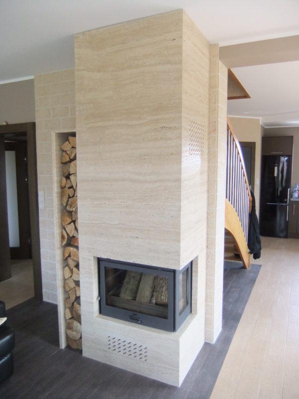 nowoczesny duży kominek z szczotkowanego naturalnego trawertynu tureckiego