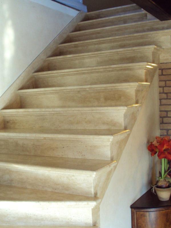 piękne schody z trawertynu z frezem