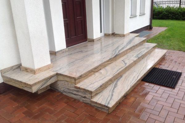 schody zewnętrzne z jasnego granitu