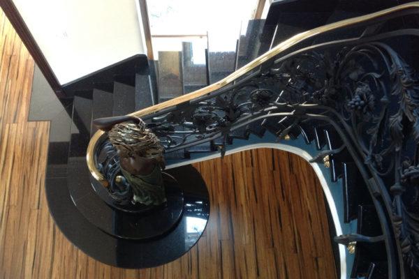 okrągłe schody z czarnego granitu