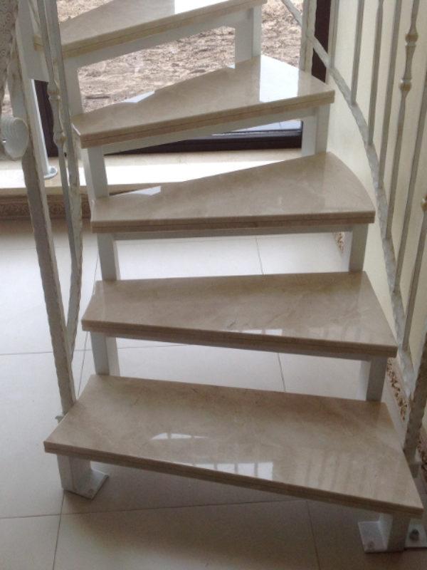 schody marmurowe na konstrukcji metalowej