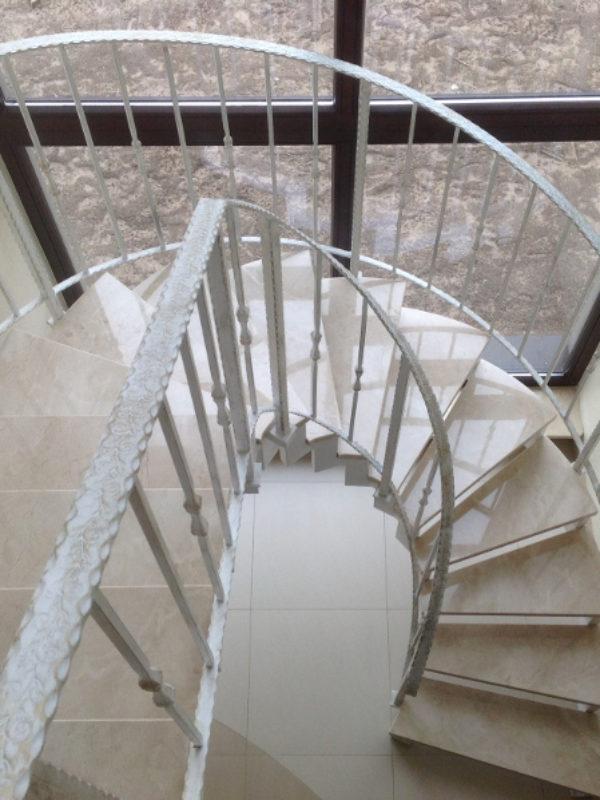 schody na konstrukcji metalowej