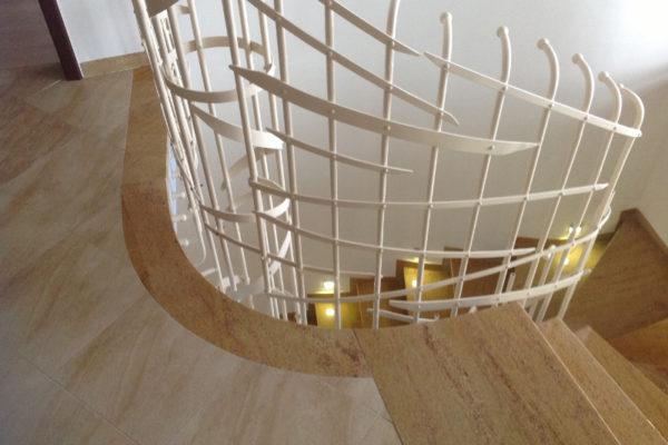 okrągłe schody z granitu