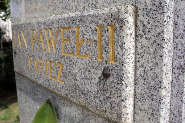 zlote litery pomnik