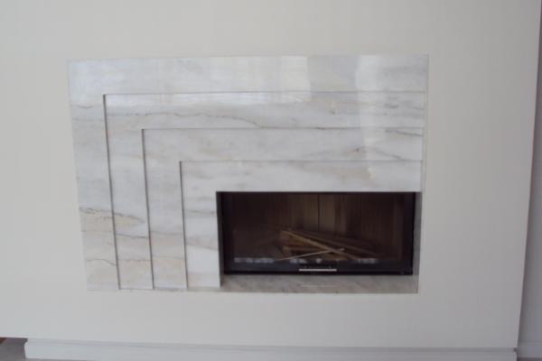 kominek marmurowy nowoczesny z marmuru Bianco Rosa modern fireplaces marble