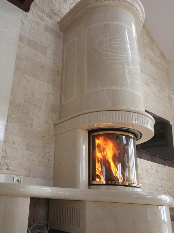 piękny duży kominek marmurowy z Crema Marfil